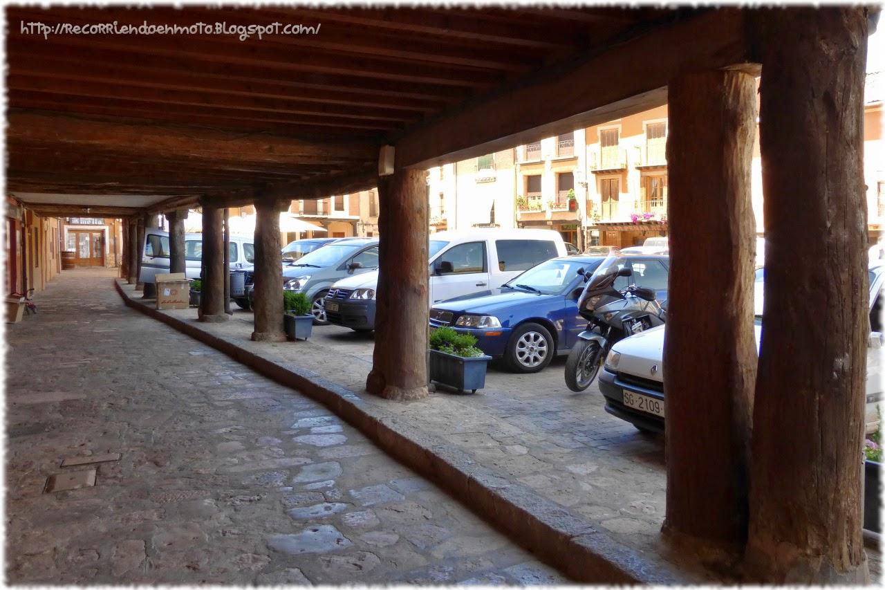 Soportales madera plaza Ayllón