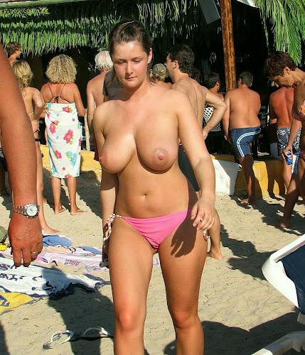 topless com biquinhos duros de peituda