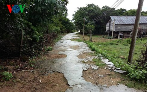 Gia Lai: Đường giao thông nông thôn vừa hoàn thành đã mục nát - Lỗi tại dân?