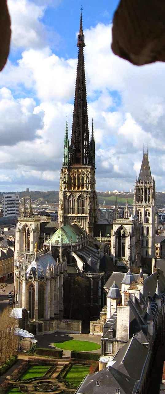 O campanário da catedral de Rouen, França  é o da direita.  A torre mais alta é a chamada 'lanterne'