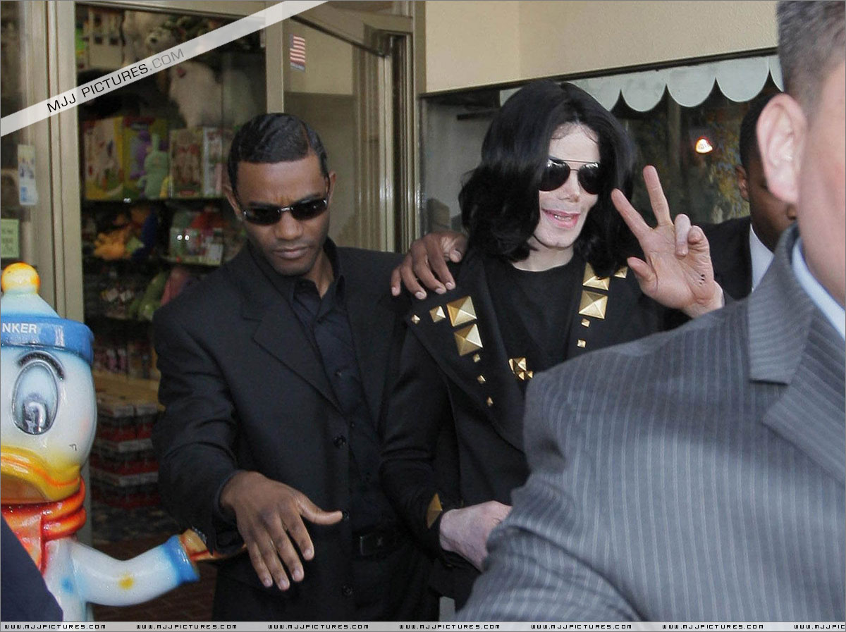 http://3.bp.blogspot.com/-sNmb9tl6eIc/T7GAeqaUjeI/AAAAAAAAGKo/0ZwByrstbyw/s1600/michael_jackson_may_2009_tomstoys+(53).jpg