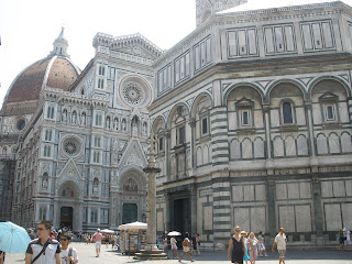 Plaza del Duomo, Se encuentra la catedral de Santa María del Fiore, famosa por la gran cúpula diseñada por Brunelleschi.
