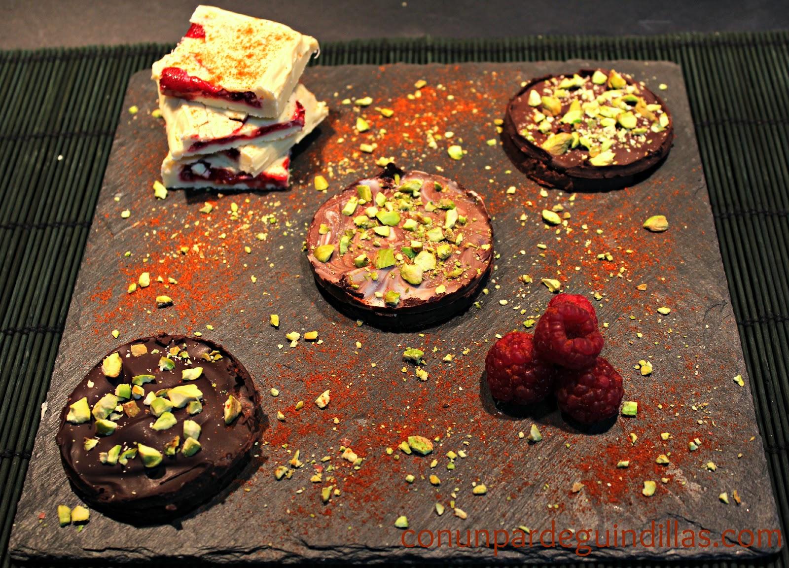 Sándwich de chocolate y coulis de frambuesa y menta