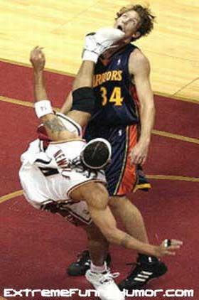 Em jogo de basquetebol, um jogador acerta outro com um golpe de karatê.