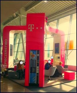 Obraz: stanowisko relaksacyjne i hot spot T-Mobile na lotnisku