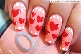 unhas com Bolinhas brancas e corações vermelhos