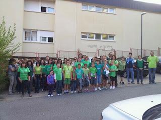 Alumnos, padres y personal concentrados a la  puerta del CP María Díaz