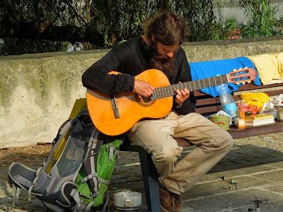 Trampská lavička s kytarou