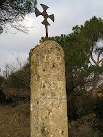 Detall del monòlit amb la creu grega i la inscripció gravada