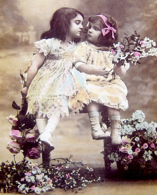 foto vintage de niñas con flores girls with flowers