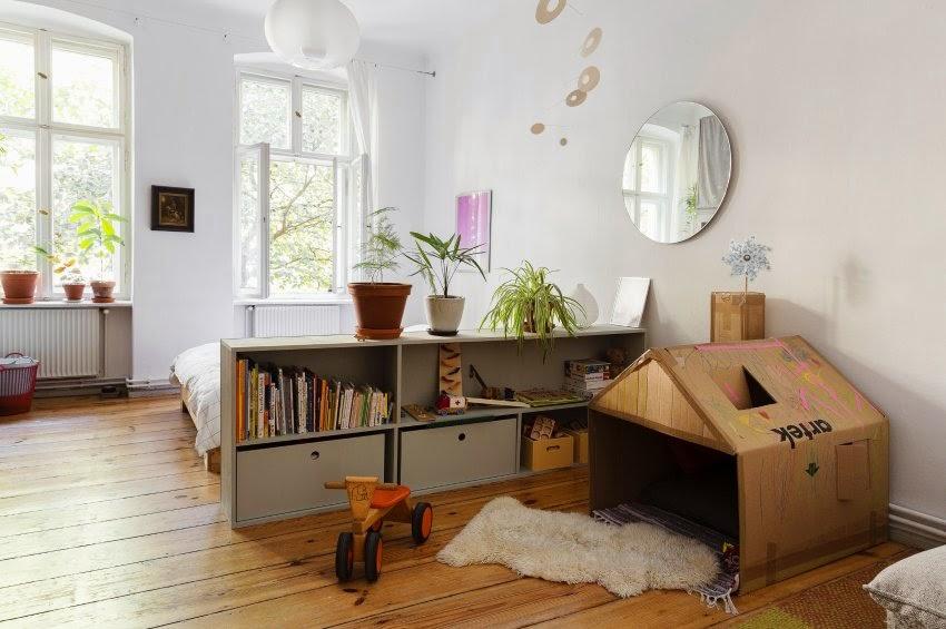 Wohntrend Second Hand Möbel, Leuchten und Accessoires vom Flohmarkt vor weißer Wand