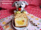 Húsvéti csibés kalács, vanília pudingos kis csibékkel a közepén, citrom reszelt héjával és levével ízesített tésztával.