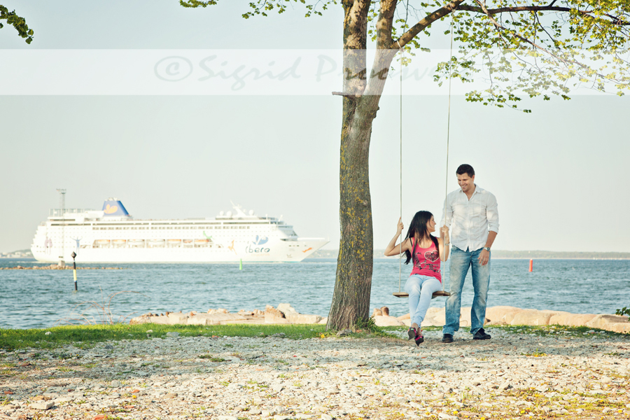 noored-õues-pilditamas-kiiguvad-taustaks-laev