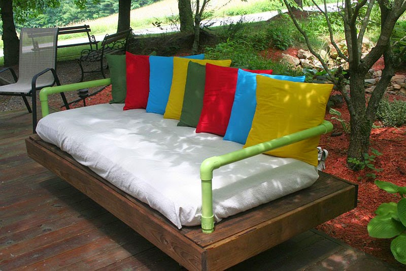 Sofa exterior hecho con palets y for Cama exterior para jardin