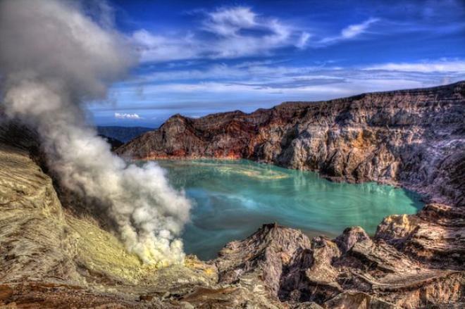 بركان تغطى فوهته بحيرة ساحرة الجمال