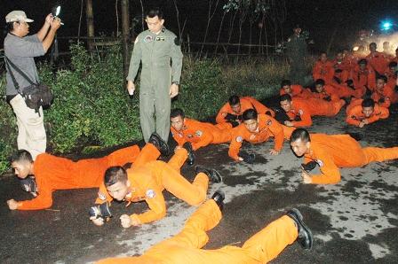 Para siswa Sekbang Angkatan 83 dan Seknav Angkatan 11 sedang melaksanakan acara tradisi menjelang Upacara Penyematan Wing, Kamis (14/6) di  area Jogja Adventure Zone.(Pentak Adi)