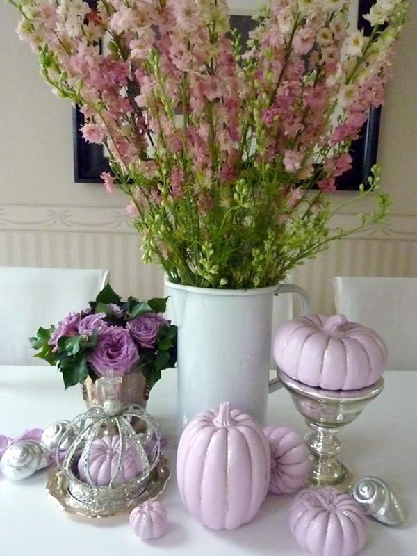 Frau wundert tchen rosa rittersporn mit rosa k rbis - Herbstdeko kurbis ...