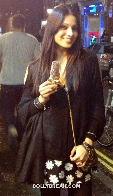 Bipasha basu dressed in all black eating an ice cream - (2) -  Bipasha On sets in London