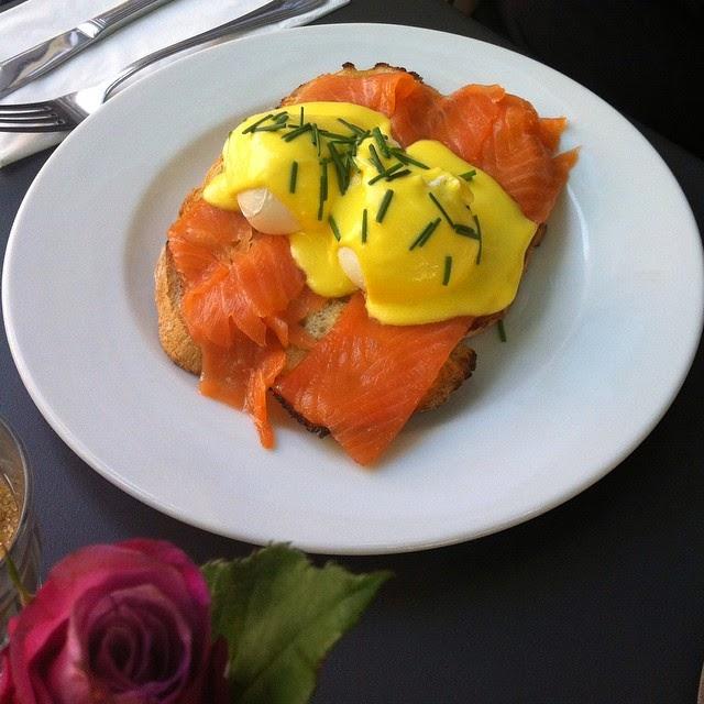 ביצים עלומות עם סלמון על טוסט | Bakers & Roasters