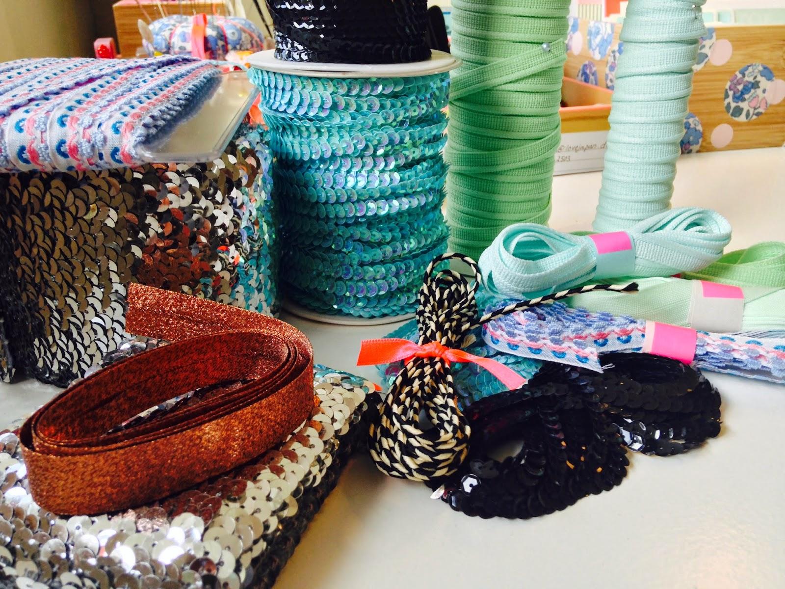 Masser af forskellige slags bånd klippes og bundes klar til pakning til kunde i BettyP