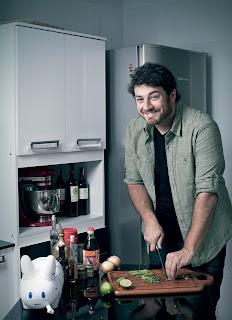 O publicitário Bruno Mendonça em sua cozinha. Ele usa a culinária para relaxar e pensar na vida (Foto: Camila Fontana/ÉPOCA)