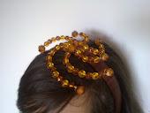 Diadema forrada de raso marron, con espiral en tonos tierra con bolitas de cristal