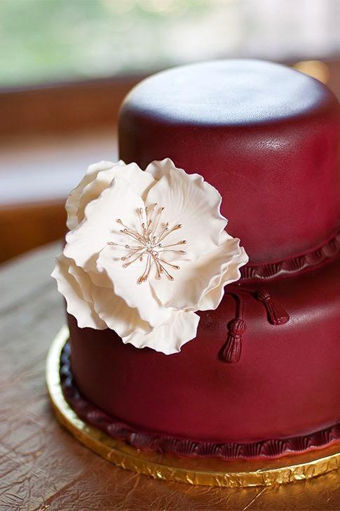 Tarta de boda color vino con flores beige
