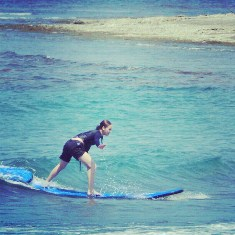 Maja Salvador surfing