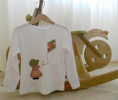 Camiseta niña. Camiseta Sunbonnet Sue. Camiseta Sue. Sunbonnet Sue. Camiseta Sunbonnet. Ropa infantil. Ropa niñas. Camiseta cometa. cometa. Camiseta patchwork.