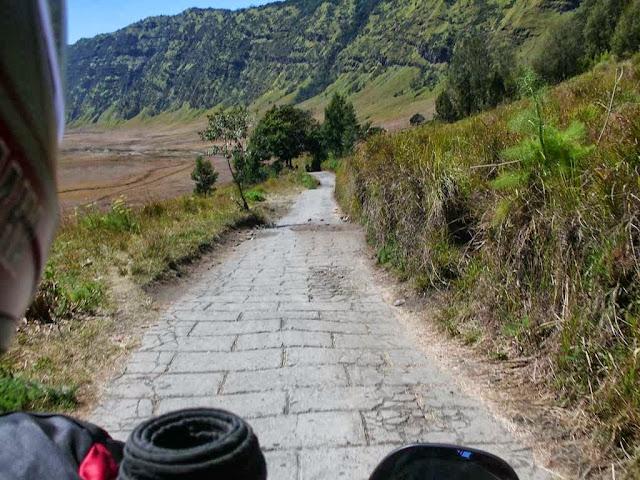 kondisi jalan menuju savana bromo