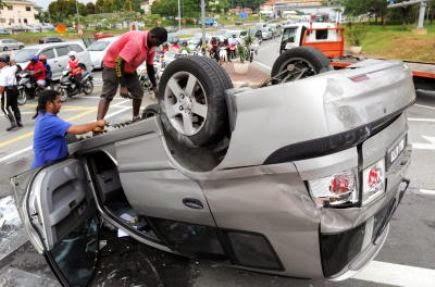 Kemalangan -  Naza Citra Terbalik, Dua Wanita Dua Lelaki Nyaris Maut