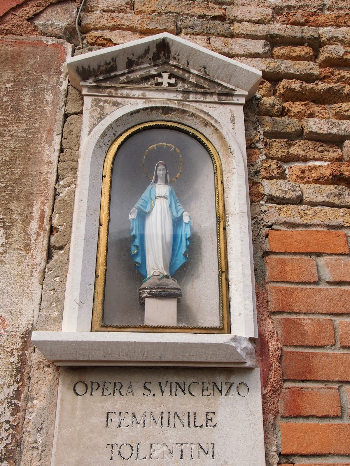 mini statue of the virgin mary in italy