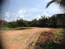 Tanah sedang ditambun dan diratakan untuk pembinaan surau dan asrama