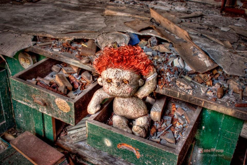 photo de charles bodi representant une poupée de laine dans une caisse