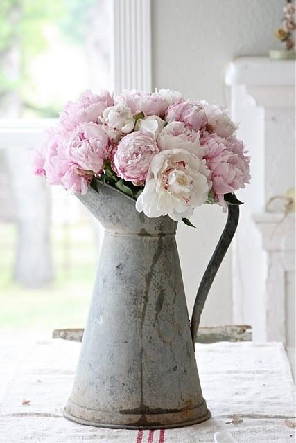 Objetos antigos na decoração, bule com arranjo de flores