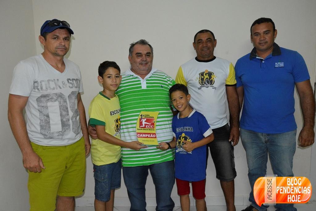 Prefeito Ivan Padilha, é homenageado por jogadores do Projeto Bom de Escola, Bom de Bola.