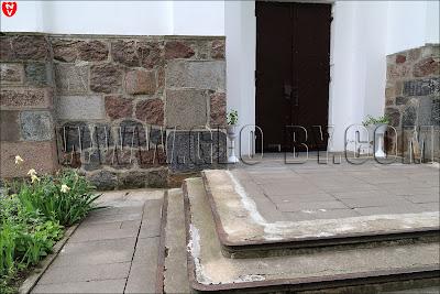 Костёл Тела Господня. Могильные плиты в стенах