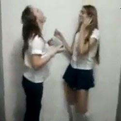 Meninas no Banheiro da Escola - http://www.videosamadoresbrasileiros.com