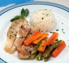 Foto ilustrativa com a receita de peixe com legumes no microondas pronta, fácil de fazer receita de peixe.