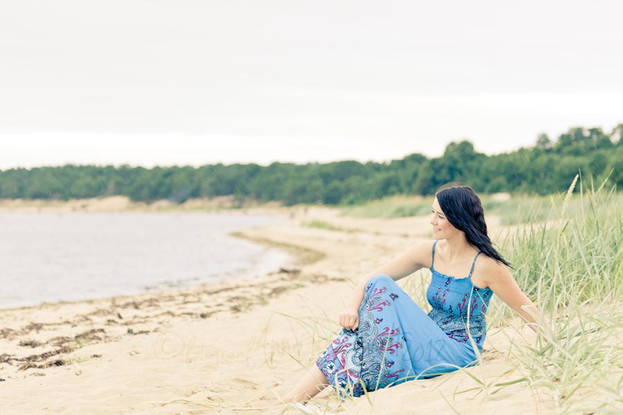 tydruk-istub-rannas-vaatab-mere-poole