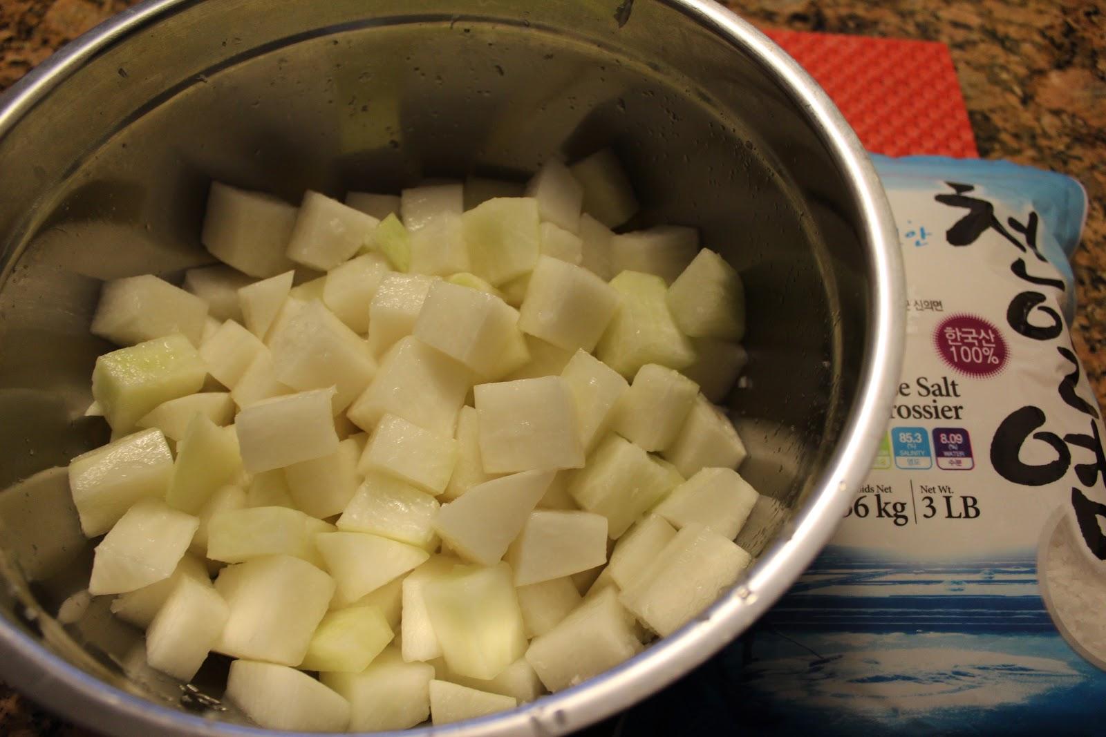 gosomi : Kkakdugi (cubed radish kimchi)