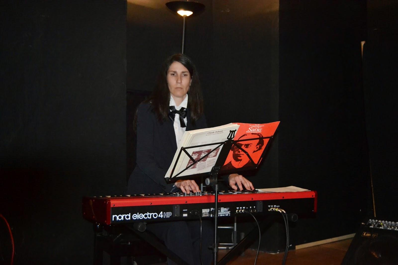 Ara García Rubio toca el piano