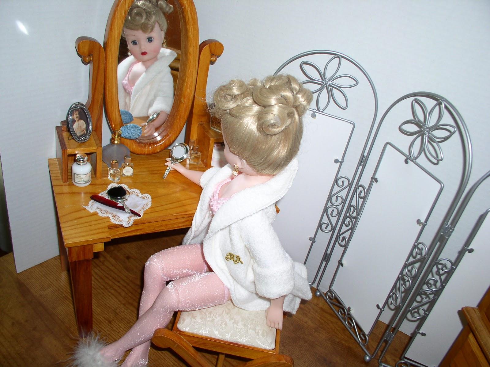 http://3.bp.blogspot.com/-sZV-yjJ-zrE/T43kg_6MxTI/AAAAAAAAASA/ijZeaq2gZP4/s1600/Morning+Ritual+dressing+table.JPG