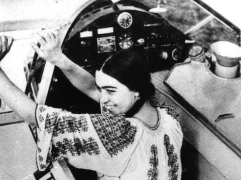 Smaranda Braescu, prima femeie pilot din România, purtând IA