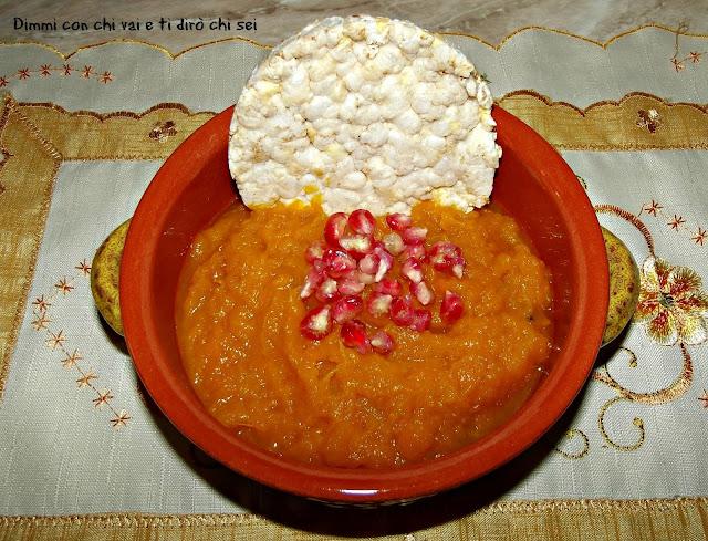 crema di zucca con melograno e gallette ai cinque cereali