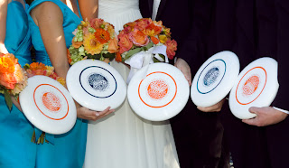 Alternating frisbees of orange and blue.