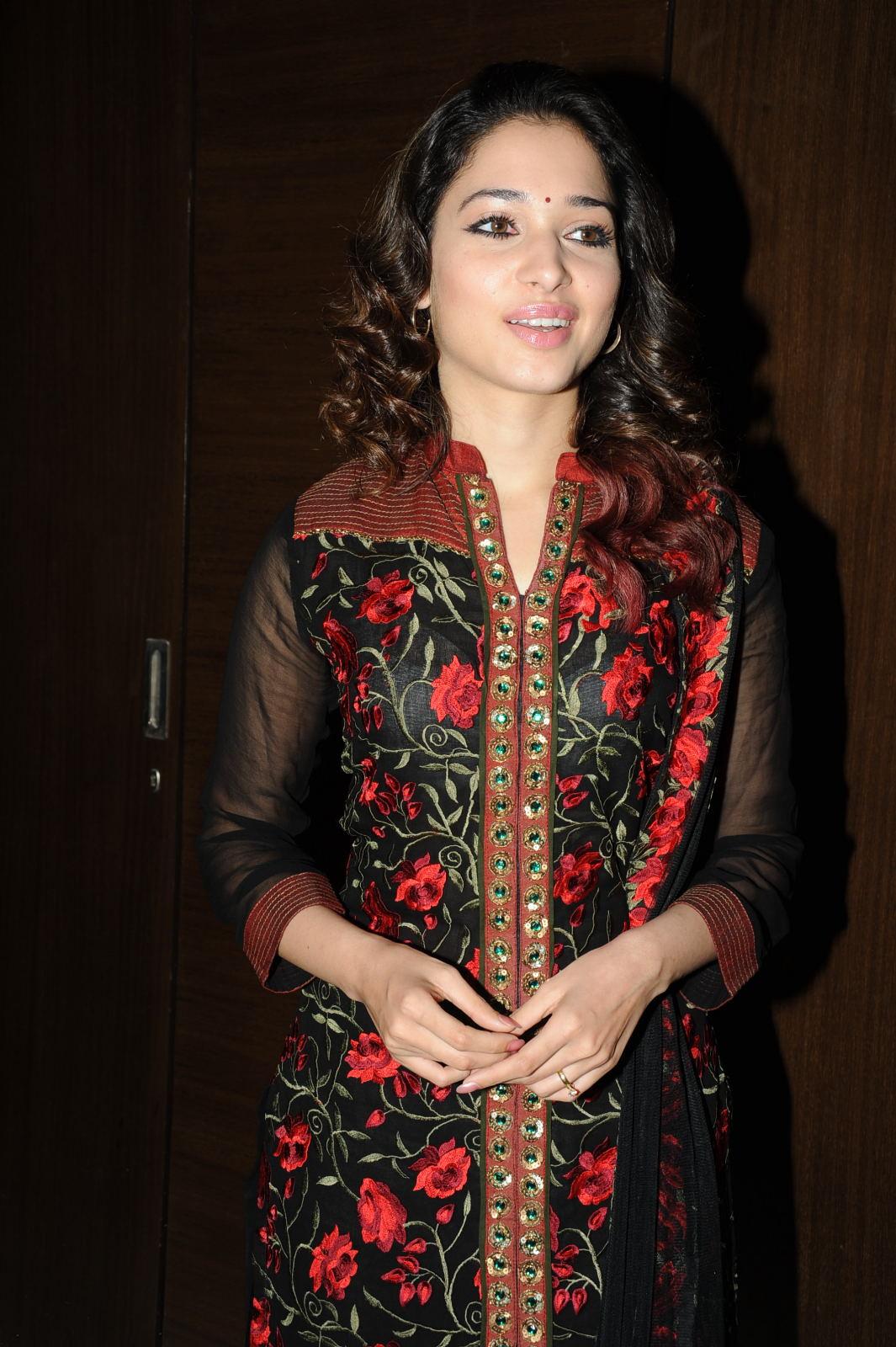 Desi Shotz: Deepika hot thigh show in short.!!!