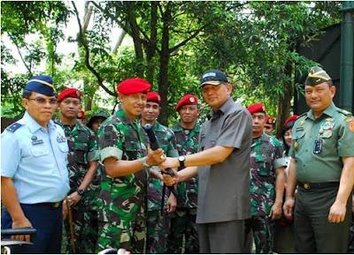 Wakil Menteri Pertahanan Sjafrie Sjamsoeddin menyerahkan Senjata Laras Pendek HK MP5 sebanyak 315 pucuk kepada Kopassus.