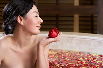 cách chăm sóc da mặt với nước hoa hồng
