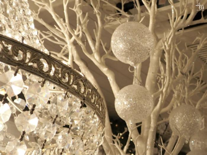 kristallikruunu ja valkoisia joulupalloja